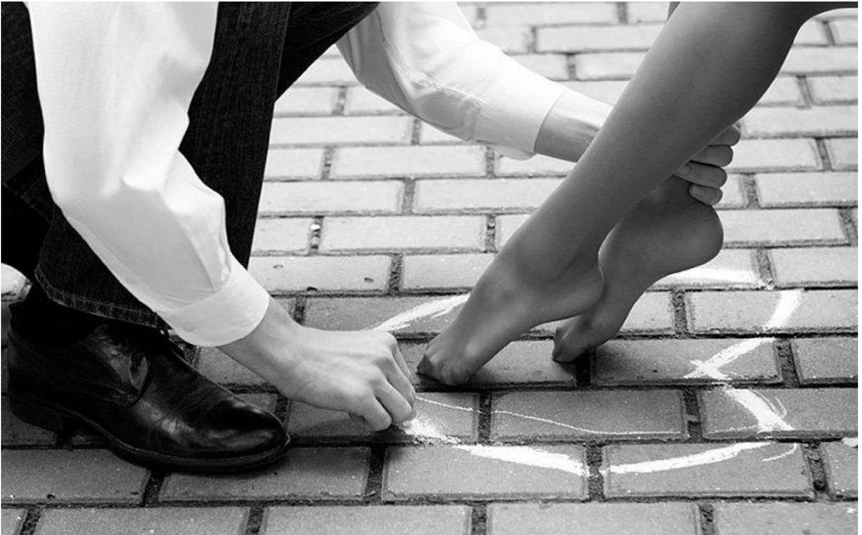 Раб на коленях, Раб на коленях трахает молодую хозяйку страпоном на 4 фотография